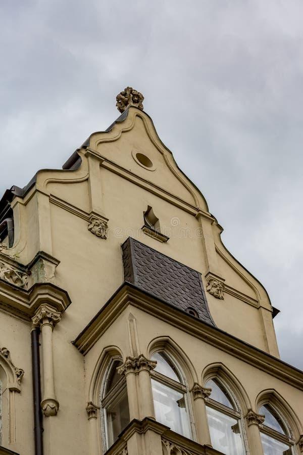美好的修造的塔上面在有云彩的布拉格 免版税库存图片