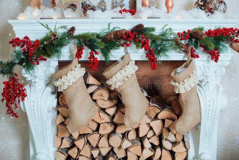 美好的假日装饰了室有圣诞树的,壁炉和有礼物的 舒适冬天场面 内部白色 库存图片