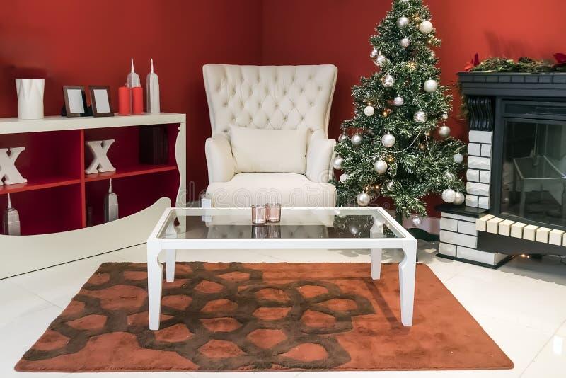 美好的假日装饰了有圣诞树的室, 图库摄影