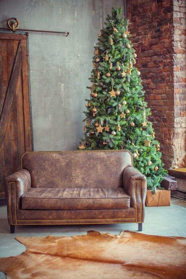 美好的假日装饰了有圣诞树的室 免版税库存照片