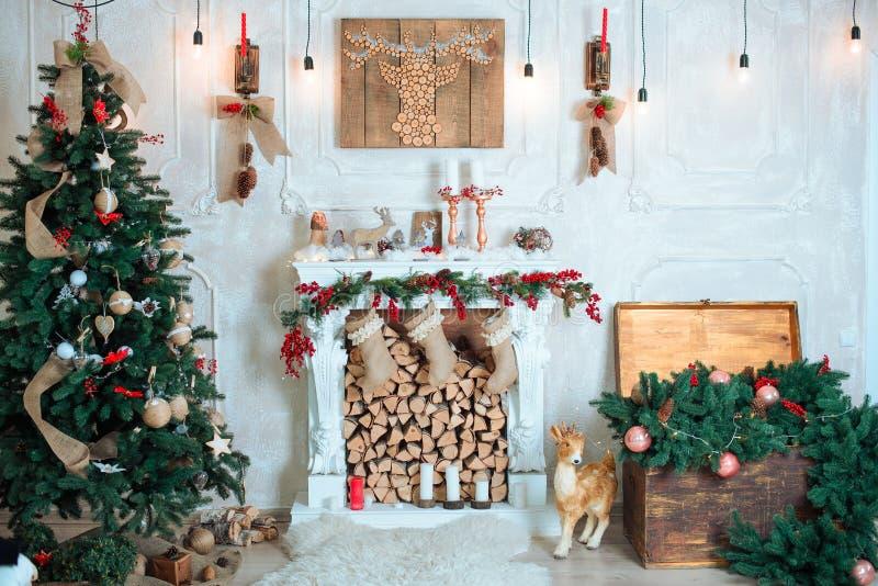 美好的假日装饰了有圣诞树的,壁炉室 免版税库存照片