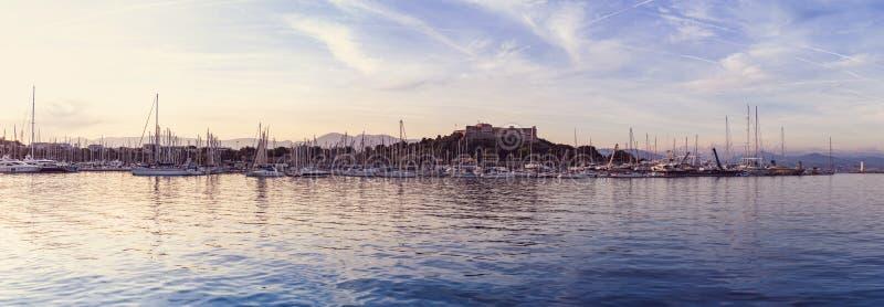 美好的全景小游艇船坞视图、风船和汽艇在口岸与堡垒 库存照片