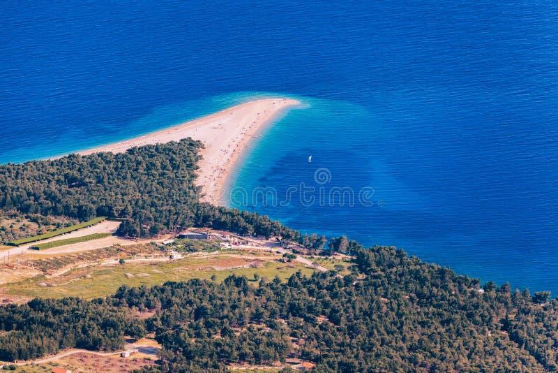 美好的全景著名亚得里亚海的海滩Zlatni鼠(金黄海角或金黄垫铁)用绿松石水,布拉奇岛克罗地亚海岛  免版税图库摄影