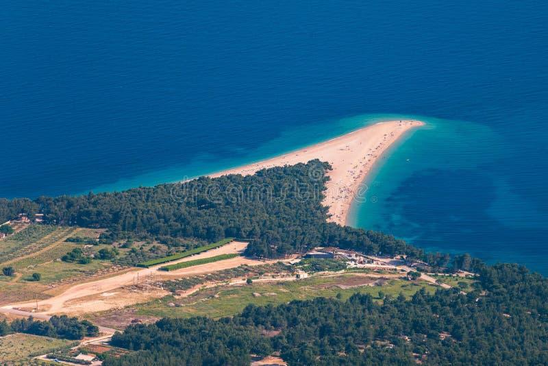 美好的全景著名亚得里亚海的海滩Zlatni鼠(金黄海角或金黄垫铁)用绿松石水,布拉奇岛克罗地亚海岛  库存图片