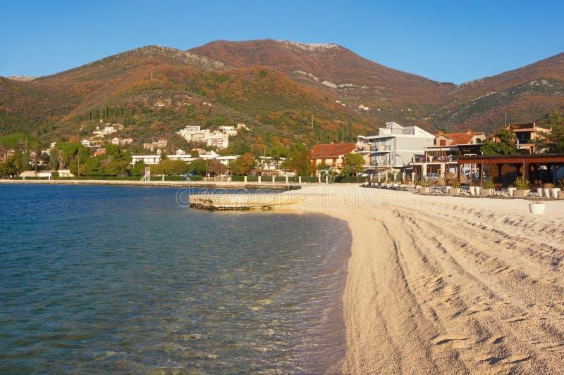 美好的冬天地中海风景 黑山,科托尔湾看法在蒂瓦特市附近的 库存图片