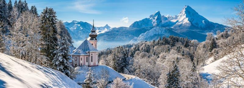 美好的冬天风景全景在巴法力亚阿尔卑斯 免版税库存照片