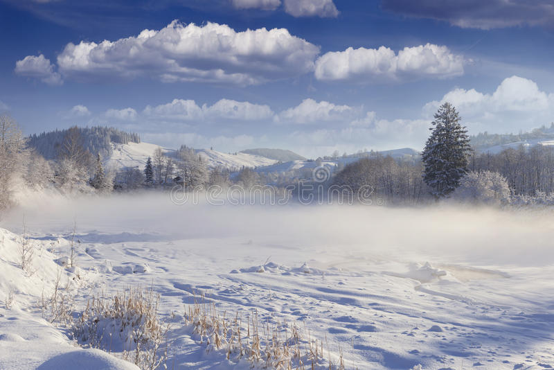 美好的冬天风景在山村。 库存照片