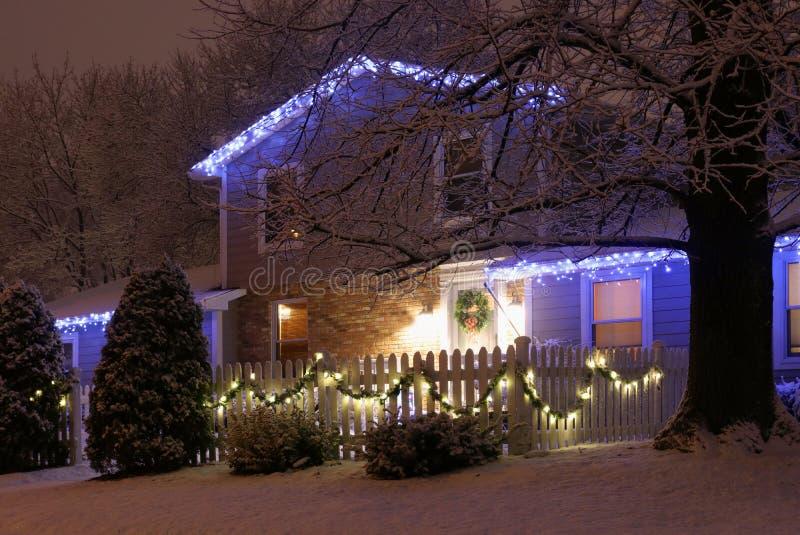 美好的冬天飞雪晚上视图 库存图片