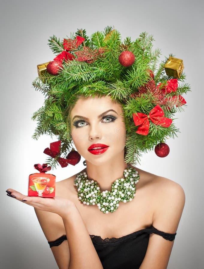 美好的创造性的Xmas构成和发型室内射击。秀丽时装模特儿女孩。冬天。美丽的可爱的女孩在冬天 免版税库存照片