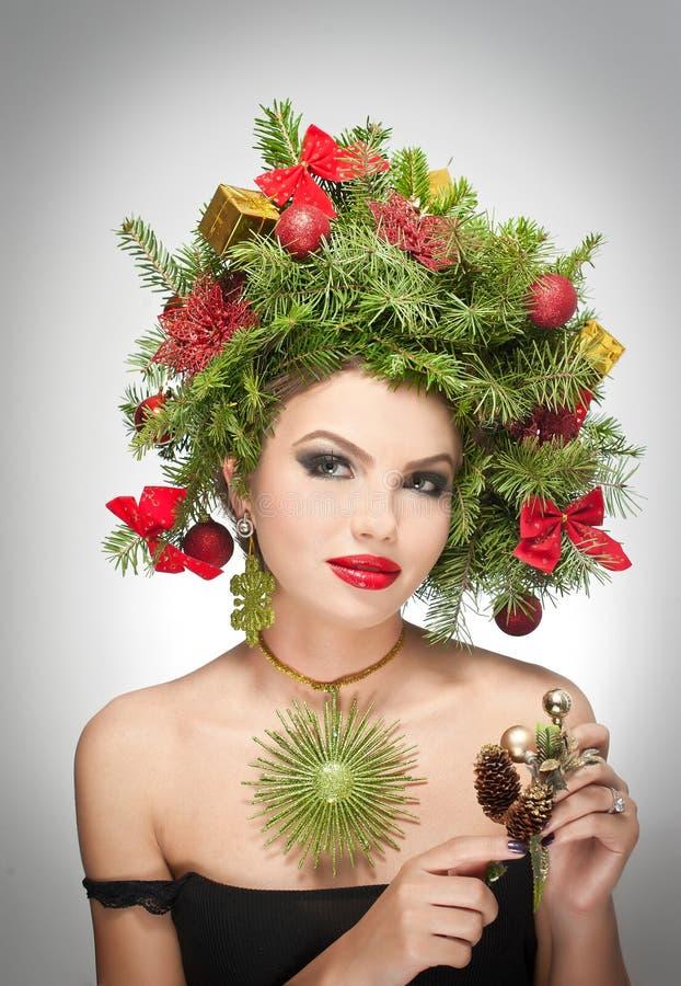美好的创造性的Xmas构成和发型室内射击 秀丽时装模特儿女孩 冬天 冬天 免版税图库摄影