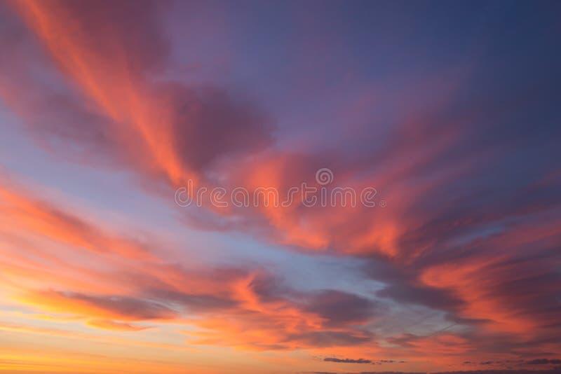 美好的剧烈的与桔黄色云彩的日出蓝天 免版税库存照片
