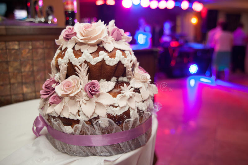 美好的华美的豪华婚礼五颜六色的蛋糕在餐馆, 库存照片