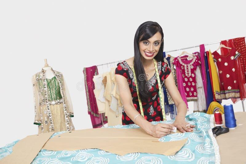 美好的印地安女性时装设计师工作画象  库存照片