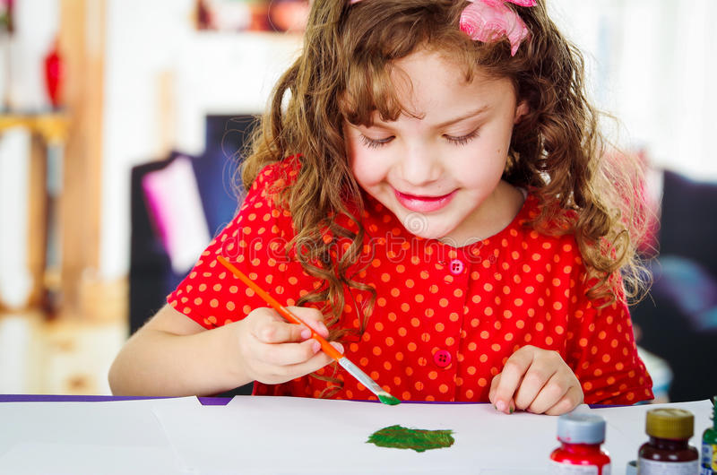 美好的卷曲小女孩绘画 库存照片