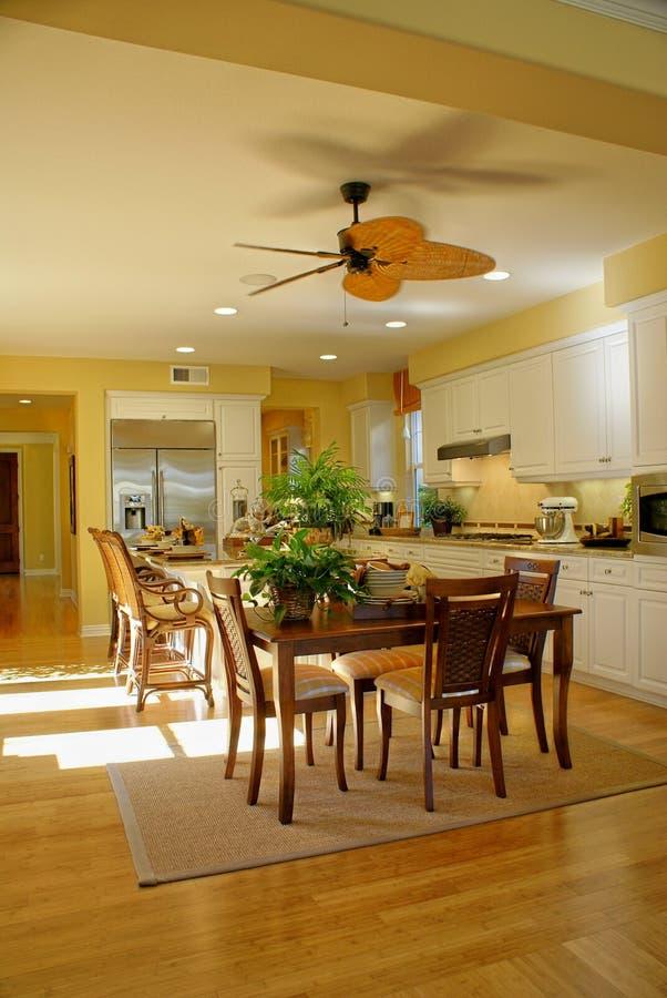 美好的厨房黄色 免版税库存图片