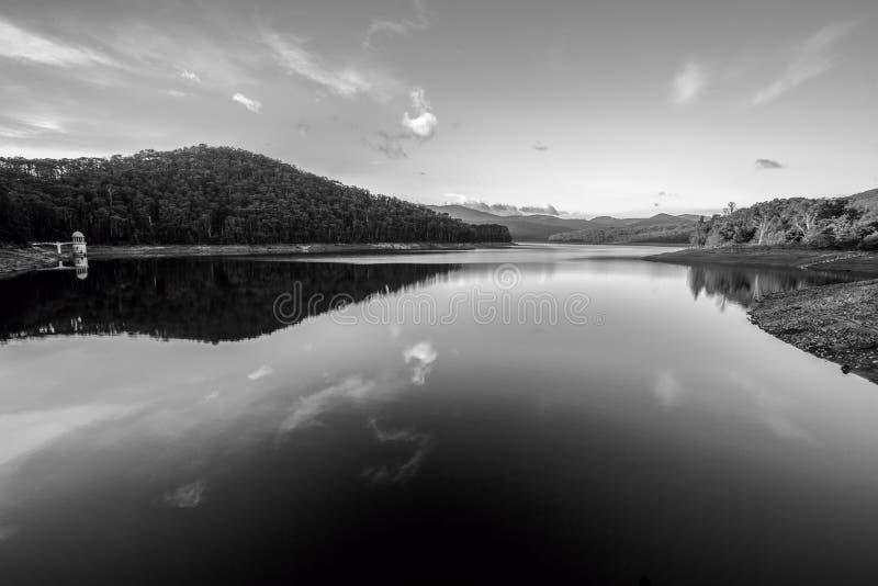 美好的反射,日落的Lysterfield湖 免版税库存照片