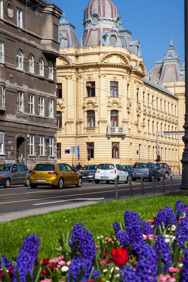 美好的古色古香的建筑学和早期的春天花在更低的镇在克罗地亚的萨格勒布首都 免版税图库摄影