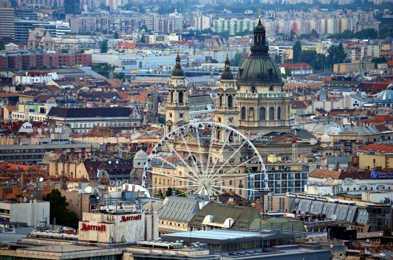 美好的圣斯蒂芬的大教堂大圆顶、弗累斯大转轮和屋顶全景鸟瞰图  免版税库存照片