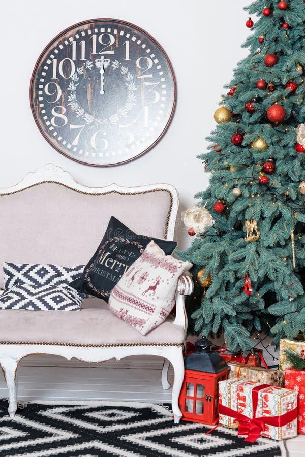 美好的圣诞节内部 装饰新年度 舒适家 经典新年树和圣诞节礼物在箱子 免版税库存图片
