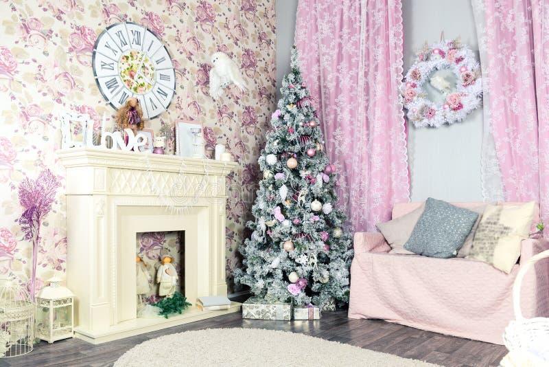 美好的圣诞节室内设计 有白色firepl的桃红色室 库存照片