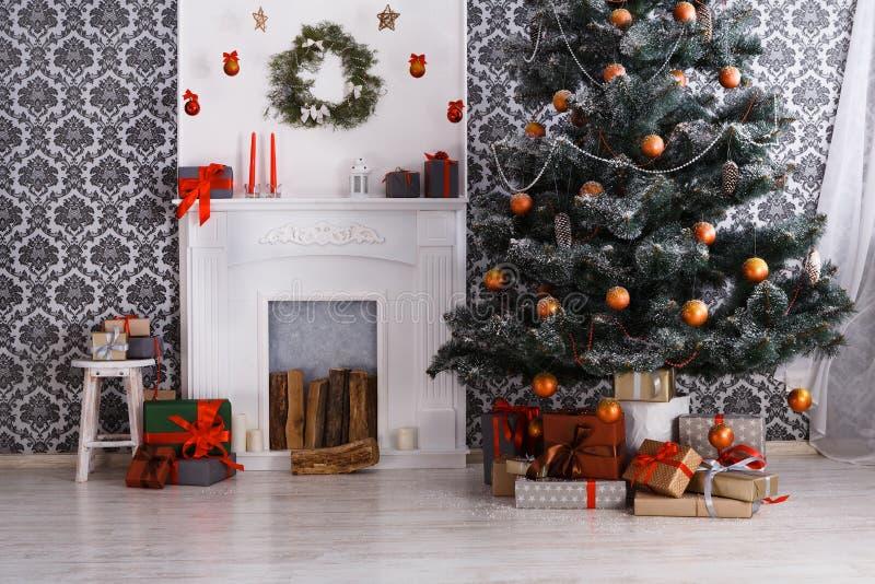 美好的圣诞节装饰了在现代内部,假日概念的树 免版税库存图片