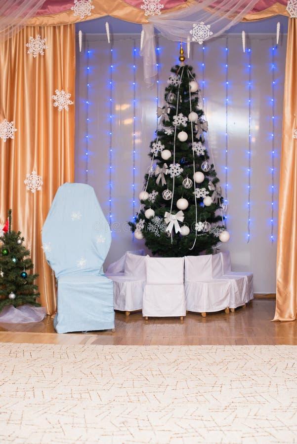 美好的圣诞节装饰了结构树 背景上色节假日红色黄色 库存图片