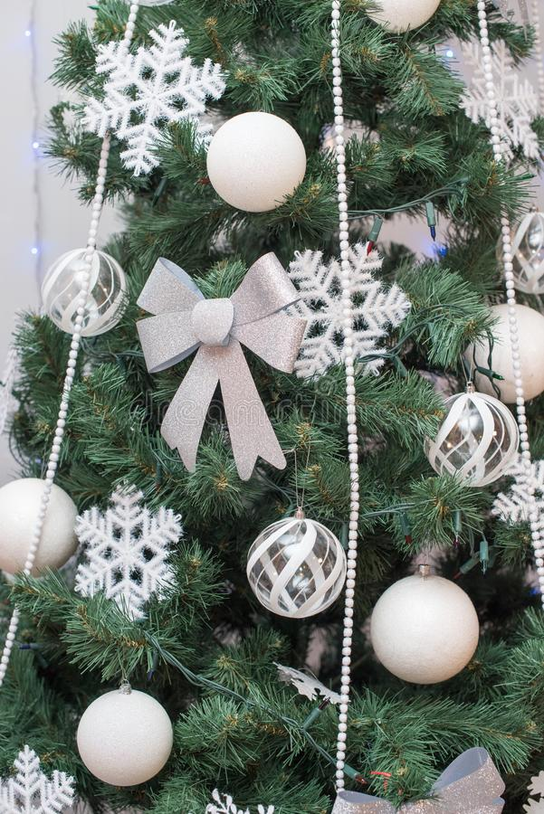 美好的圣诞节装饰了结构树 背景上色节假日红色黄色 免版税库存照片