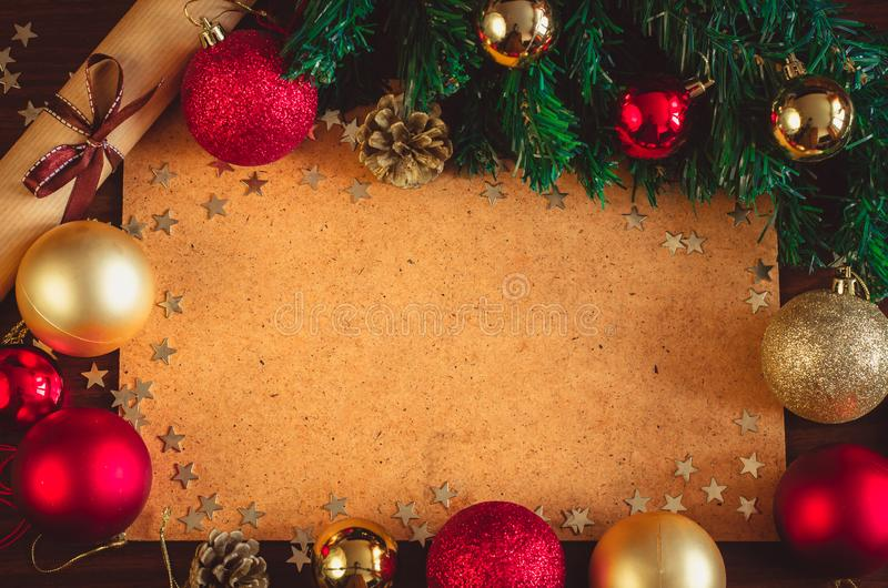 美好的圣诞装饰、五颜六色的球、星五彩纸屑、xmas树分支,锥体和纸卷贺卡 库存照片