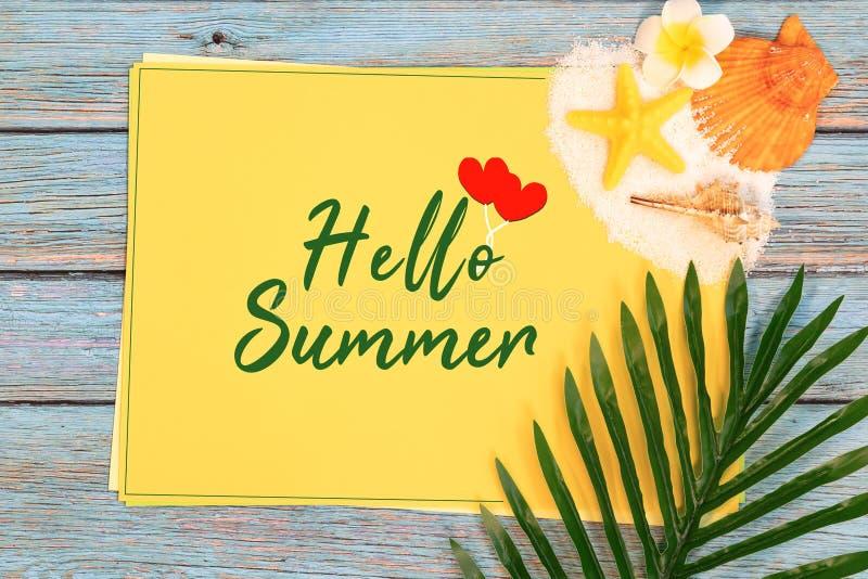 美好的在纸的夏天休假、海滩辅助部件、海壳、沙子和棕榈事假拷贝空间的 免版税库存照片