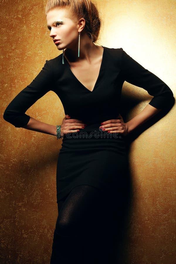 美好的在黑礼服的时尚红发模型 库存图片