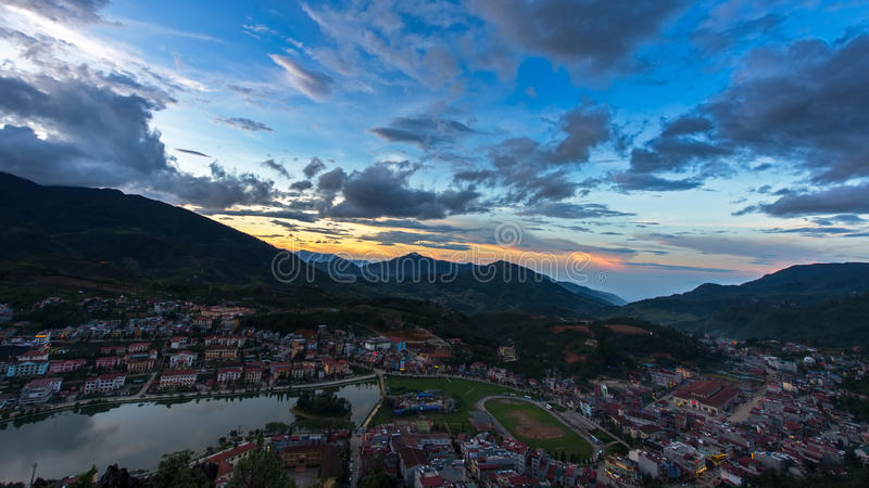 美好的在Sapa谷城市的日落蓝天薄雾的在晚上, 库存图片