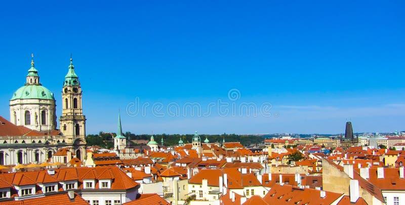 美好的城市全景、红色屋顶和蓝天 布拉格 免版税库存照片