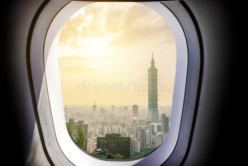 美好的城市视图台北101在有天空和阳光的台湾从平面窗口 免版税库存图片
