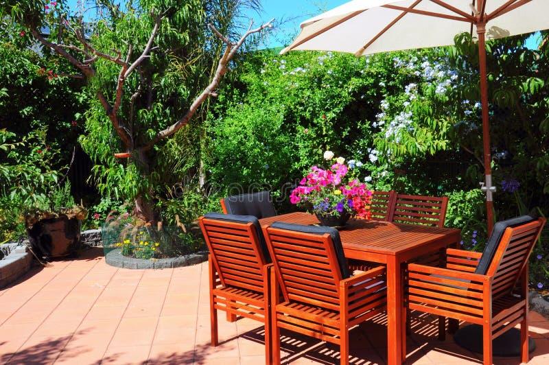 美好的夏令时地中海样式庭院庭院设置 免版税库存照片