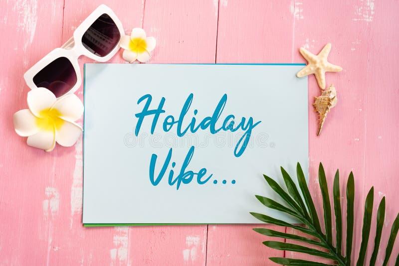 美好的夏天休假、海滩辅助部件、贝壳、太阳镜和棕榈事假在纸拷贝空间的 库存图片