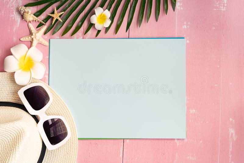 美好的夏天休假、海滩辅助部件、贝壳、帽子、太阳镜和棕榈事假在纸拷贝空间的 免版税库存照片