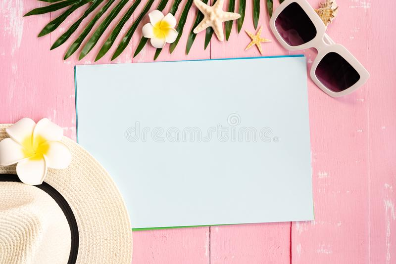 美好的夏天休假、海滩辅助部件、贝壳、帽子、太阳镜和棕榈事假在纸拷贝空间的 库存照片