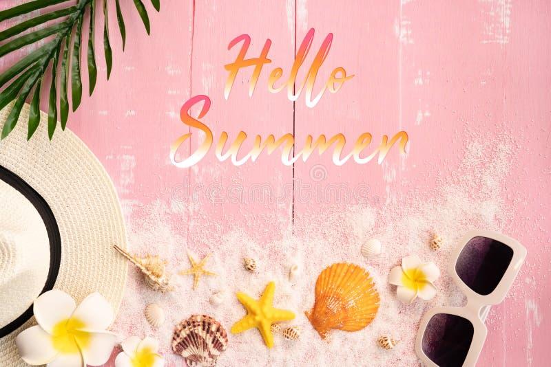 美好的夏天休假、海滩辅助部件、贝壳、沙子、帽子、太阳镜和棕榈事假在木背景 免版税库存照片