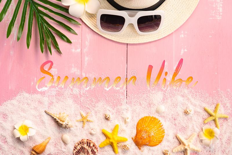 美好的夏天休假、海滩辅助部件、贝壳、沙子、帽子、太阳镜和棕榈事假在木背景 库存照片