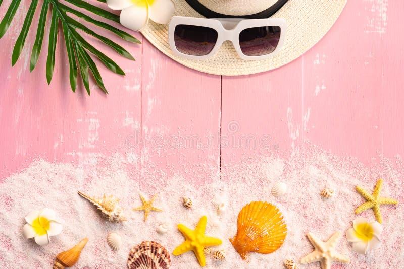 美好的夏天休假、海滩辅助部件、贝壳、沙子、帽子、太阳镜和棕榈事假在木背景 图库摄影