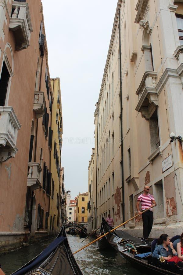 美好的夏天在有长平底船的威尼斯意大利 图库摄影