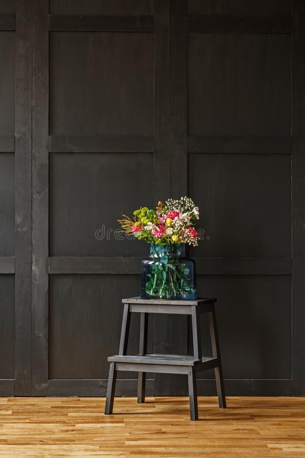 美好的夏天富有的五颜六色的花束开花 免版税库存图片