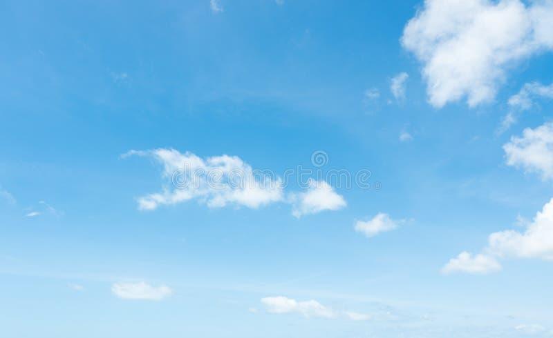 美好的夏天蓝天和白色蓬松云彩 免版税库存照片