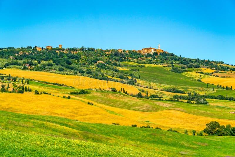 美好的多小山托斯卡纳领域的风景在意大利 免版税库存照片