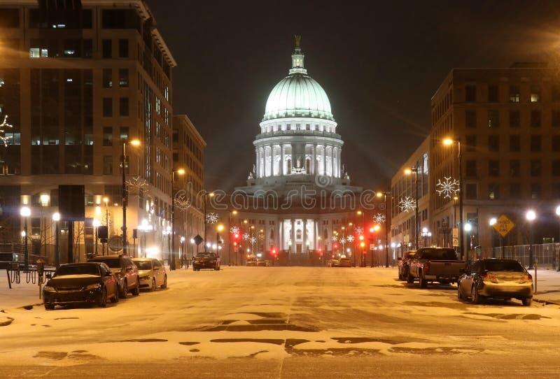美好的多雪的冬天夜都市风景 免版税库存图片