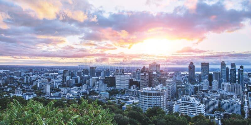 美好的天空和日出光在蒙特利尔市早晨时间的 从Mont皇家的令人惊讶的看法与五颜六色的蓝色 免版税库存照片
