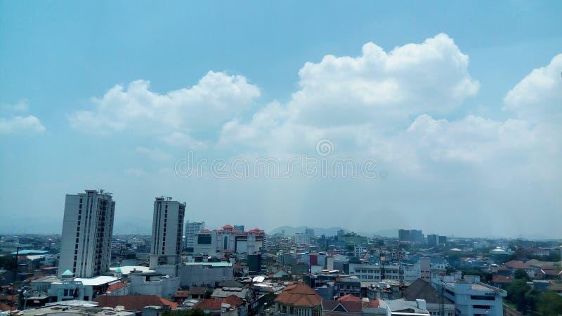美好的天空蔚蓝城市视图 免版税库存照片
