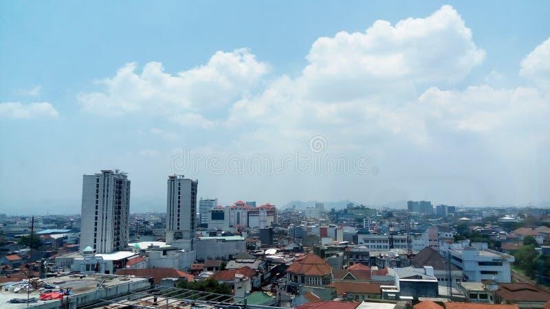 美好的天空蔚蓝城市视图 免版税库存图片