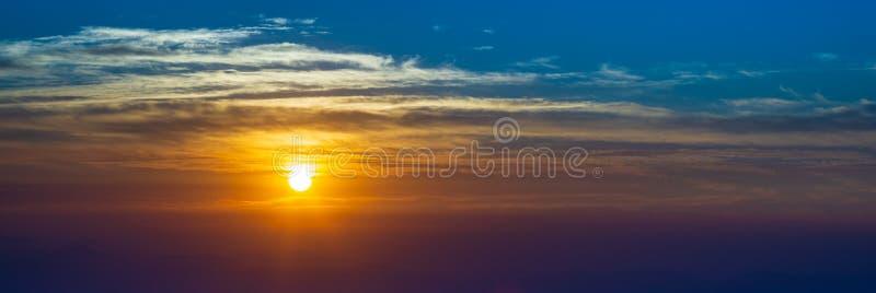 美好的太阳上升和太阳落山全景背景 网站横幅的美好的抽象自然背景 免版税图库摄影