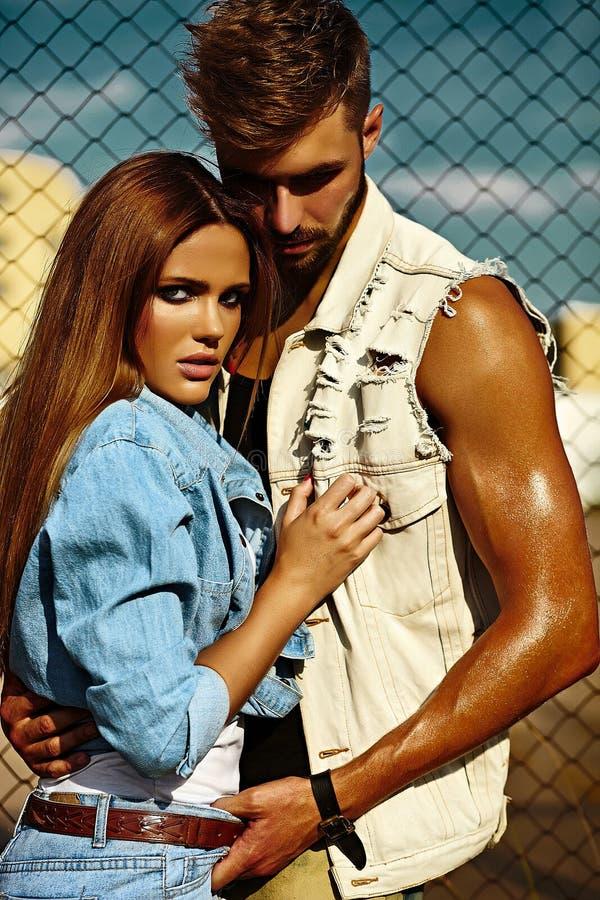 美好的夫妇性感的时髦的白肤金发的少妇和人 免版税库存图片